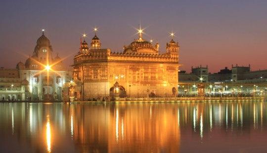 Der Goldene Tempel im Zentrum Amritsars. Mit einem bisschen Glück schafft man es nach dem Besuch der Grenzzeremonie noch zur Blauen Stunde. (Foto: Sören Peters)
