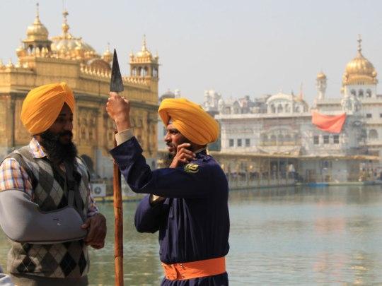 Wachen im Goldenen Tempel in Amritsar. Der heilige Ort der Sikhs war Schauplatz zweier Massakar. (Foto: Sören Peters)