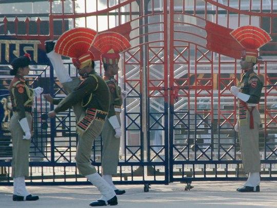 Sieht von der Körperhaltung aus wie nach einem Punt beim American Football, ist aber Teil des militärischen Formaldienstes in Indien. (Foto: Sören Peters)