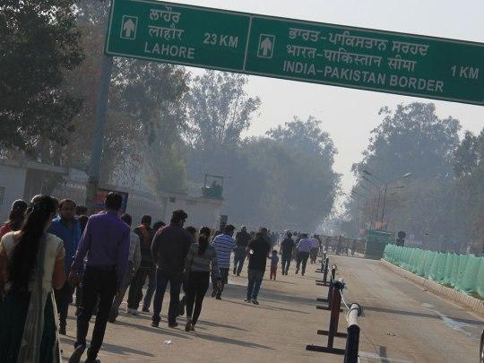 Besucher der Border Ceremony auf dem Weg zur indisch-pakistanischen Grenze in Wagah. (Foto: Sören Peters)