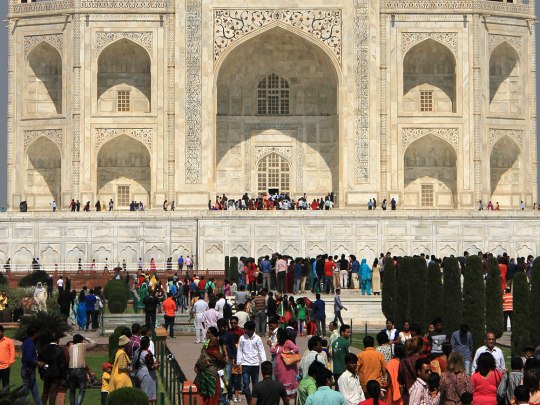 Besucher in den Gärten des Taj Mahal. (Foto: Sören Peters)