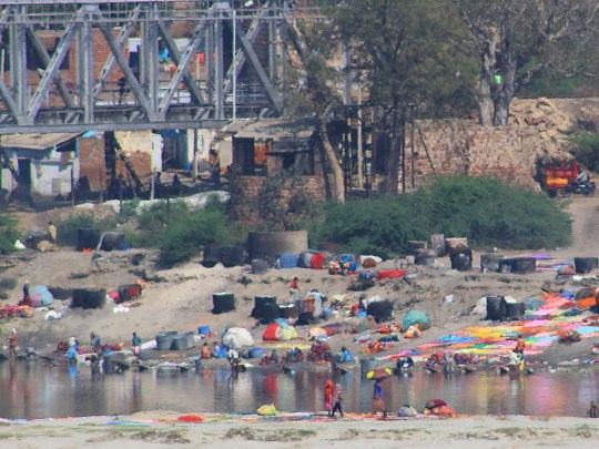 """""""Waschsalon"""" am Ufer des Yamuna. Geschmäckle: Der Fluss gilt Hindus als Heilig, so dass hier auch Leichen beigesetzt werden. (Foto: Sören Peters)"""