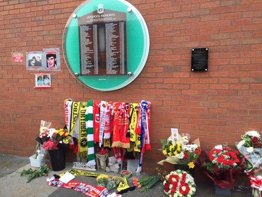 Gedenkstätte am Stadion für die Opfer von Anfield und Erinnerungstafel für Heysel, rechts daneben. (Foto: Sören Peters)