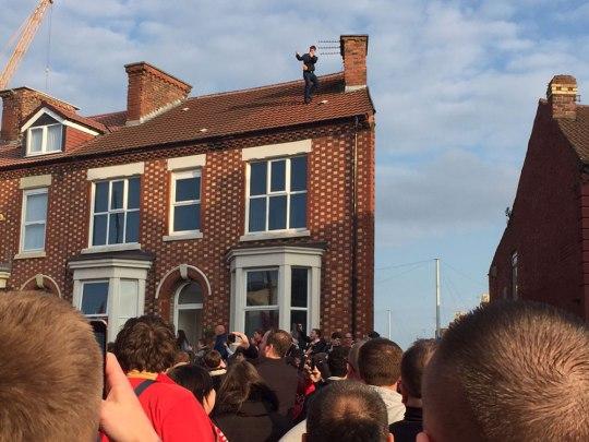 Vor dem King Harry Pub unweit des Stadions. Der Capo gehört auf's Dach! (Foto: Sören Peters)