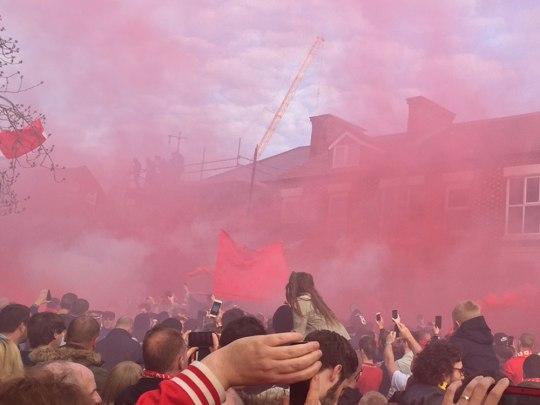 Empfang der Spieler vor dem Stadion. Für England völlig untypisch mit Pyro. (Foto: Sören Peters)