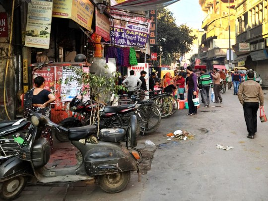 Morgens an und auf der Main Bazar Road in Paharganj, New Delhi. (Foto: Sören Peters)