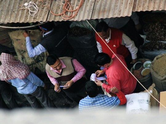 Verhandlungen auf dem Spice Market in Old Delhi. (Foto: Sören Peters)