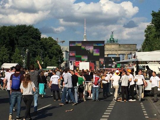 Die Fanmeile am Brandenburger Tor in Berlin. Noch nie habe ich mir so sehr einen verregneten Regionalliga-Spieltag gewünscht. (Foto: Sören Peters)