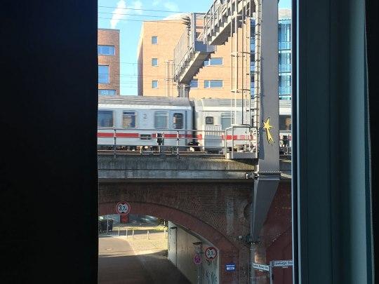 That's urban! Bahngleise direkt vorm Fenster. (Foto: Sören Peters)