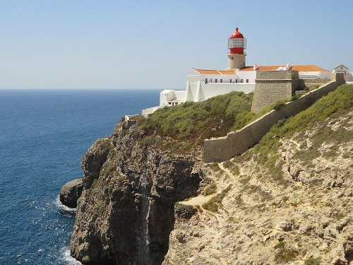 """Symbolbild: Der Leuchtturm am Cabo de São Vicente war für lange Zeit das letzte Stück Europa, das Seeleute vor der Fahrt in die """"Neue Welt"""" sahen. (Foto: Sören Peters)"""