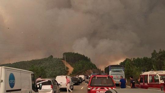 Rauch zieht über die gesperrte A25 bei Sever do Vouga. (Foto: Sören Peters)
