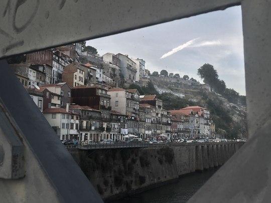 """Wohnviertel direkt am Douro, quasi """"hinter"""" der Ponte Dom Luis I. (Foto: Sören Peters)"""