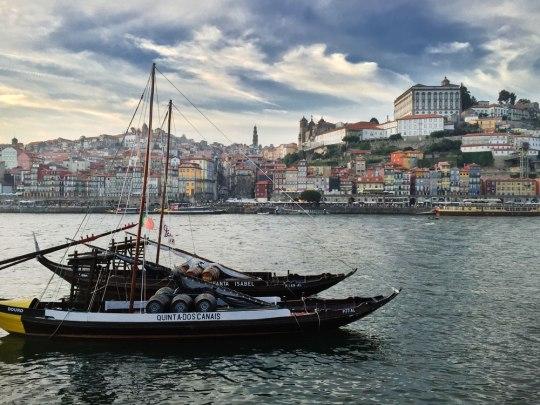 Portos Altstadtviertel Ribeira, gesehen vom Südufer des Douro. Das Foto ist aufgenommen mit dem iPhone6 und mit Photoshop nicht mehr als nötig nachbearbeitet: Unschärfemaske, Abwedeln, Selektive Farbkorrektur. (Foto: Sören Peters)