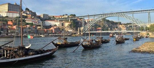 Bekannte Ansicht: Vor den Portweinkellereien von Gaia liegen Rabelo-Boote auf dem Douro. (Foto: Sören Peters)