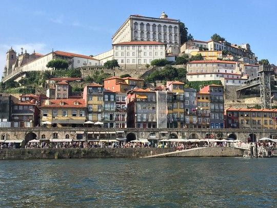 Das Altstadtvierteil Ribeira, hier vom fluss aus gesehen... (Foto: Sören Peters)